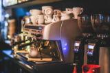 Tűnjön ki a tömegből! Észrevette, hogy szinte minden étteremben, kávézóban ugyanazt a kávét árulják?  Ha szeretne kitűnni a tömegből, válasszon egyedi magyarországi pörkölésű prémium kávét.